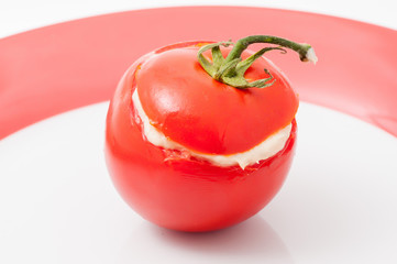 Pomodoro rosso ramato ripieno di crema al tonno