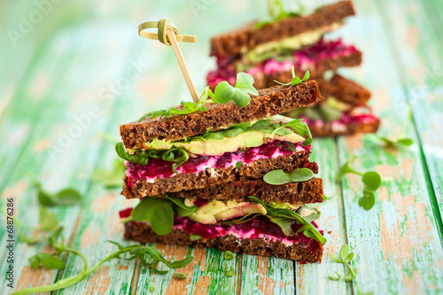 Poster Voorgerecht beet,avocado and arugula sandwich