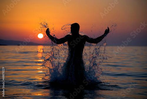 Leinwandbild Motiv Mann aus dem Meer