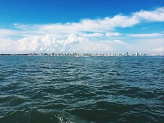Vista di jesolo da una barca a vela