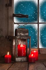 Romantische Weihnachtsdekoration: vier rote Adventskerzen