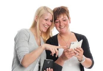 2 Freundinnen mit ihren Smartphones