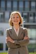 canvas print picture - Glückliche Geschäftsfrau vor einem Bürogebäude