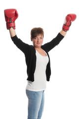 Junge Frau mit Boxhandschuhen