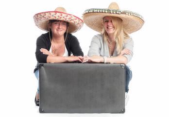 2 Freundinnen mit Reisekoffer
