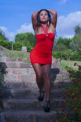 modella in abito rosso