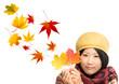 Frau mit Herbstlaub vor weißem Hintergrund