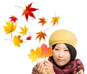 Frau mit Herbstlaub in der Hand