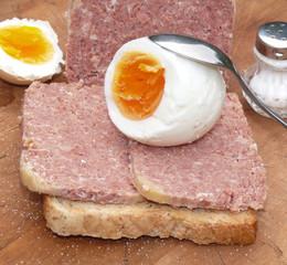 toastbrot mit corned beef und ei