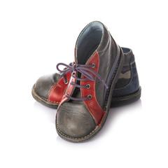 Botas de cuero, calzado infantil aisladas sobre fondo blanco
