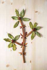 Flor hecha de hierbas y especias sobre fondo de madera