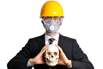 骸骨を持っているヘルメットをかぶった男性