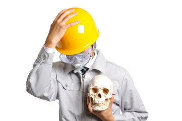 ヘルメットをかぶって頭を抱えている作業服の男性