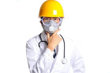 ヘルメットと防護マスクを付けている白衣の医者