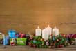 Weihnachten: Hintergrund Holz mit vier Kerzen als Gutschein