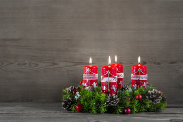 Vierter Advent: vier rote Kerzen; Dekoration Weihnachten