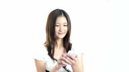 スマートフォンで会話を楽しむ女性