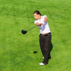 konzentrierter Abschlag beim Golf