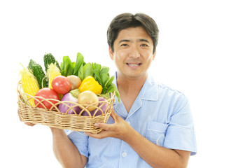 野菜を持つ笑顔の男性