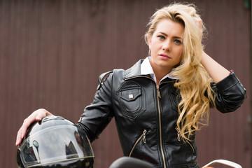 Hübsche junge Blondine mit Motorradhelm