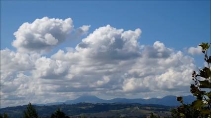 Time lapse di nuvole su paesaggio montuoso