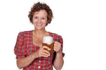 Lachende Frau mit Bier in der Hand