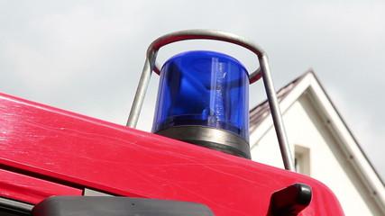 Feuerwehrauto mit Blaulicht im Einsatz