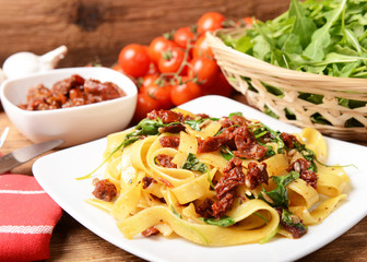 pasta with dry tomatoes and rucola