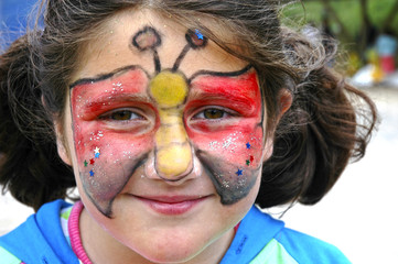 Niña con la cara pintada de mariposa