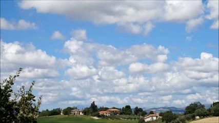 Time lapse di nuvole su paesaggio collinare