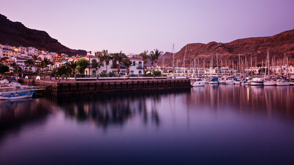 Hafen von Puerto Mogan am Abend – Gran Canaria