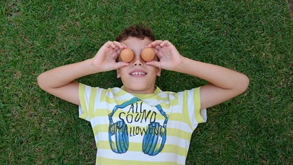 Niño con huevos por ojos