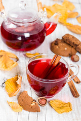 Fruit tea with cookies