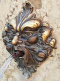 testa in bronzo come ornamento di una fontana a Venezia