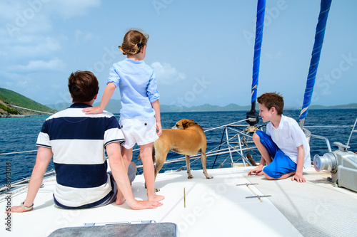 Spoed canvasdoek 2cm dik Jacht Family sailing on a luxury yacht
