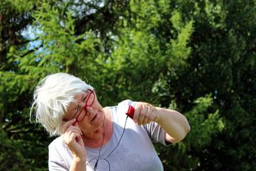 ältere Frau, Wald, Brille, Musik, Kopfhörer, alt, Seniorin