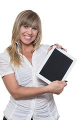Frau präsentiert ein Tablet