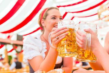 Freundinnen trinken Bier auf Dult oder Oktoberfest