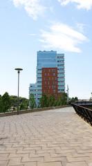 Edificios y terraza en el parque de Nou Barris, Barcelona