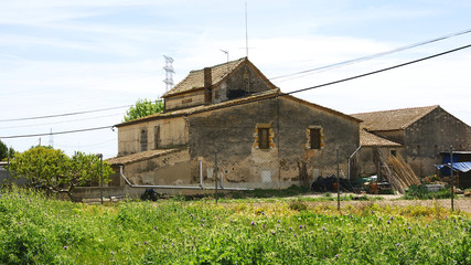 Casa de campo con sembrados