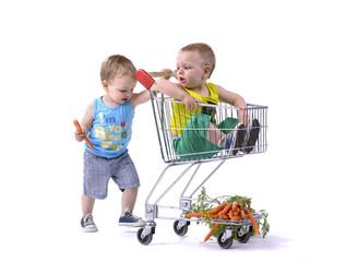 tweeling gaat winkelen in grootwarenhuis