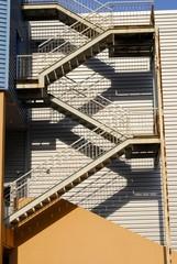 Almacén industrial con escalera