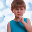 Junge beim Süßigkeiten naschen