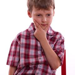 ein Junge denkt nach