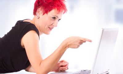 Frau beim der Videotelefonie über den Laptop