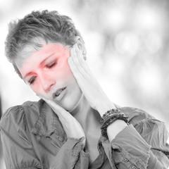Frau mit Kopfschmerzen, schaut besorgt nach