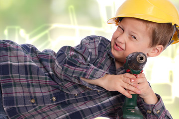 kleiner Junge mit Helm und Akkuschrauber
