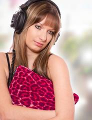 traurige junge Frau mit Liebekummer hört Musik über Kopfhörer