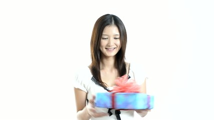 プレゼントを持つ笑顔の女性