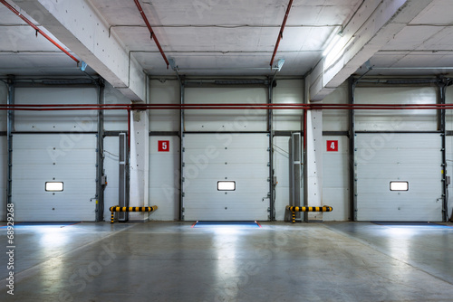 A modern storage room - 68929268